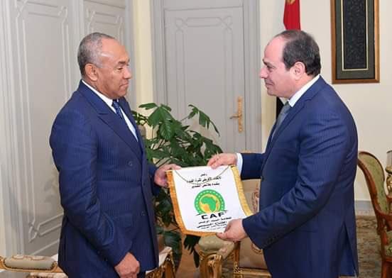 30136-أحمد-أحمد-يهدى-شعار-الكاف-للرئيس-السيسى