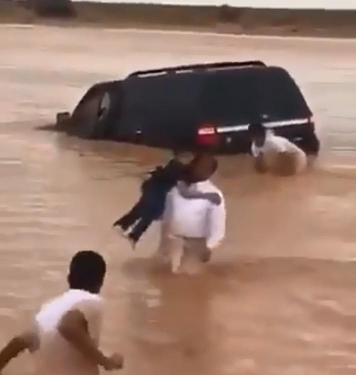 611934-انقاذ-اسرة-سعودية-من-الأمطار