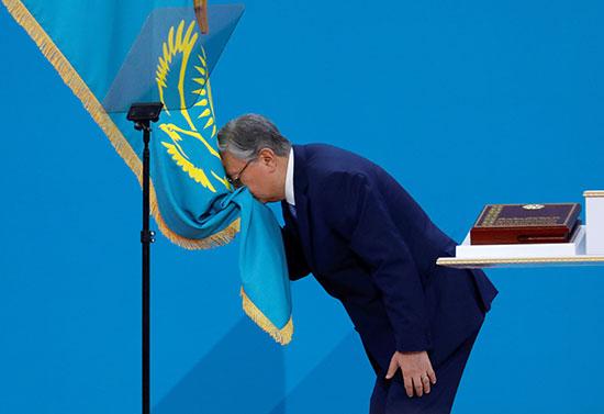 34768-توكاييف-يقبل-علم-بلاده