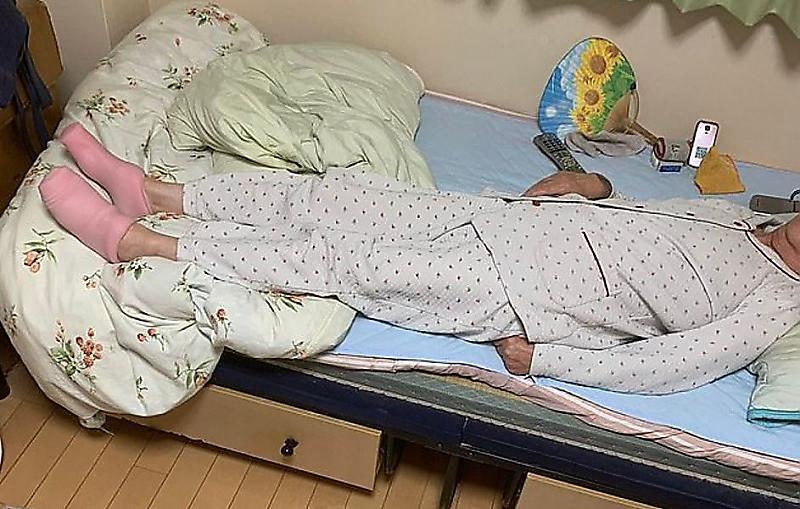 japonskaja-pensionerka-pereputala-silikonovye-izdelija-s-termonoskami-foto-big