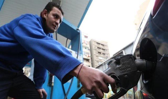 عامل باحد محطات الوقود