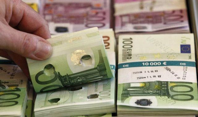 اليورو يستقر عند أدنى مستوي خلال شهر