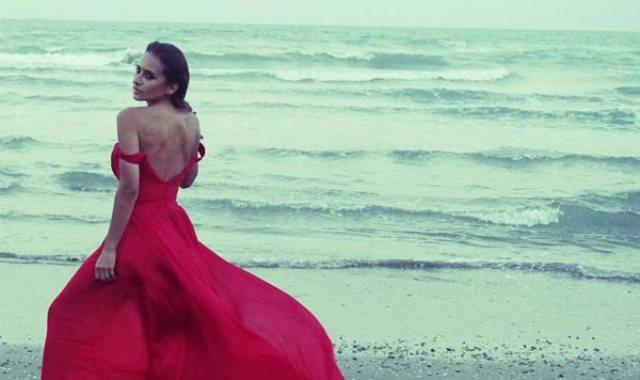 """الفنانة نيللي كريم ترقص على مهرجان """"العب يلا"""""""