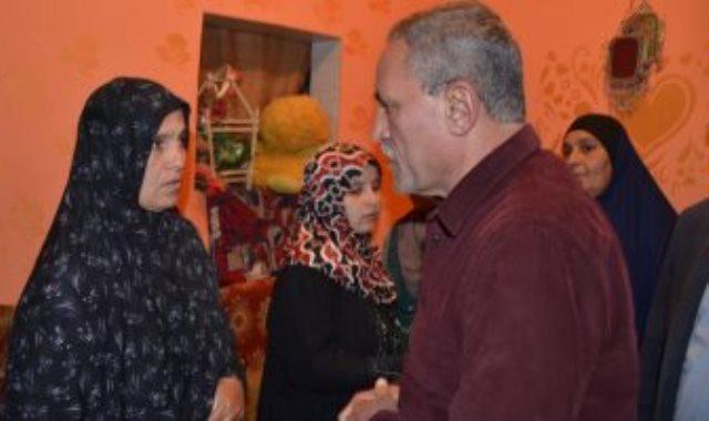 محافظ الإسماعيلية يقدم واجب العزاء لأسرة الشهيد المجند أحمد عادل