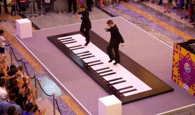 العزف بالأقدام على البيانو