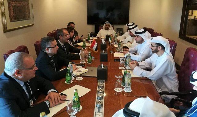 وزير الاتصالات خلال اجتماعه مع مسؤولين إماراتيين
