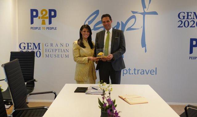 المشاط تبحث مع رئيس توماس كوك العالمية زيادة حركة السياحة الوافدة