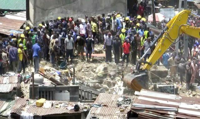 إنقاذ عشرات من تحت انقاض مدرسة انهارت فى نيجيريا