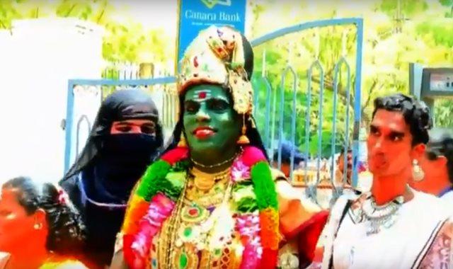 السيدة المتحولة جنسيا فى زى الإلهة الهندوسية ميناكشى