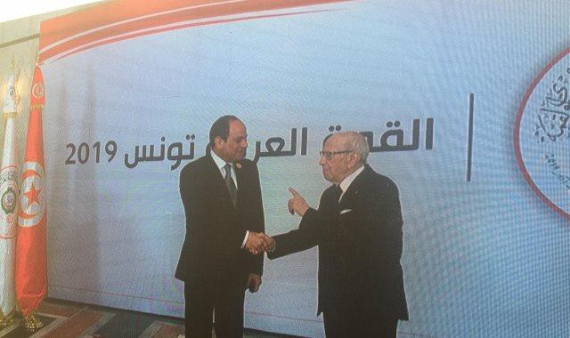 الرئيس السيسي يصل مقر انعقاد القمة العربية الـ30 بتونس