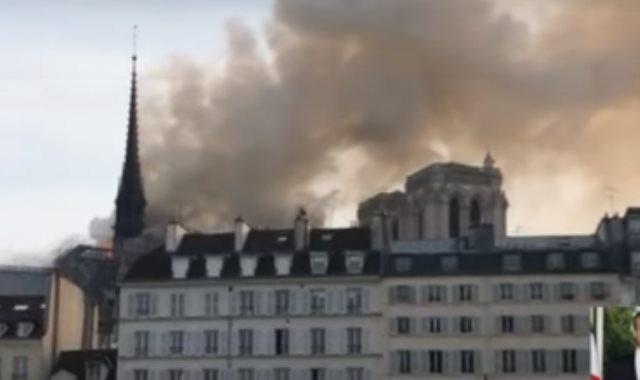 حريق فى كاتدرائية نوتردام