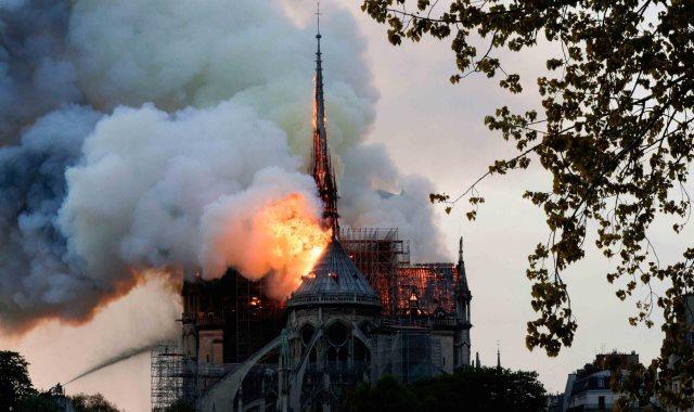 حريق كاتدرائية نوتردام - أرشيفية