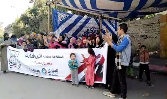 الزغاريد وأغانى المهرجانات الأهالى يحتفلون ببداية اليوم الثانى للاستفتاء بصقر قريش