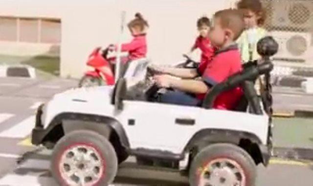 تعليم مهارة قيادة السيارات للأطفال