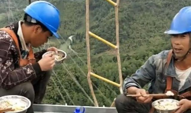 العمال أثناء تناول الطعام