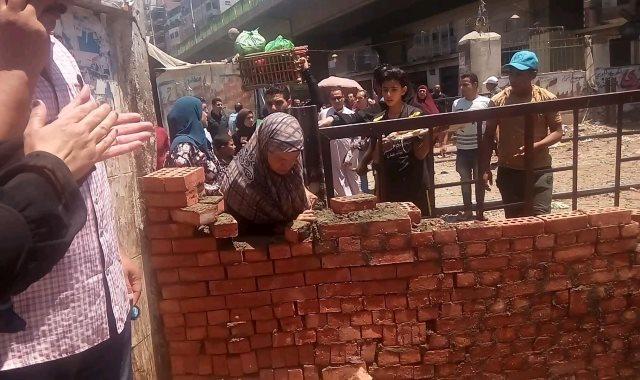 جانب من تحطيم السور
