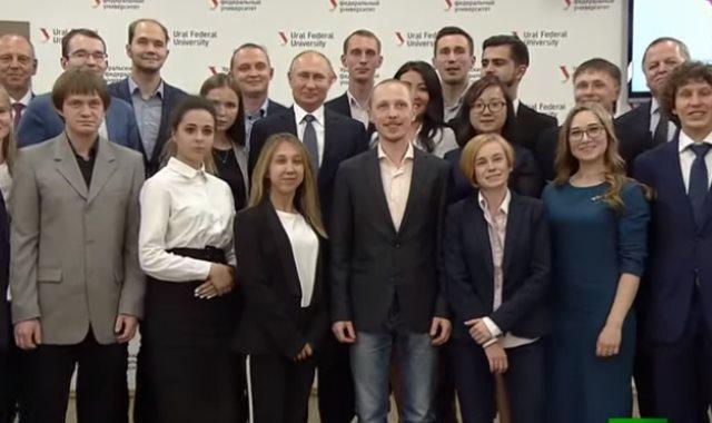 بوتين مع طلاب أحدي الجامعات الروسية