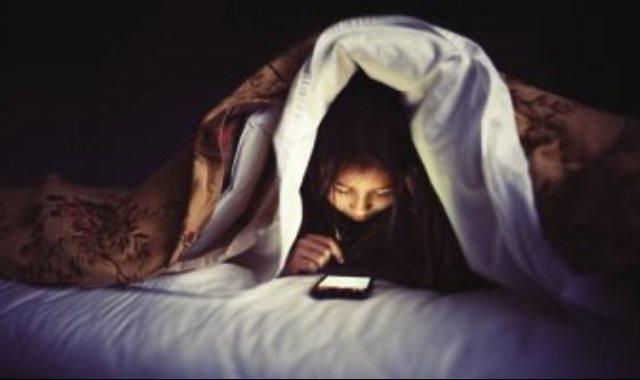 استخدام الموبايل فى الليل