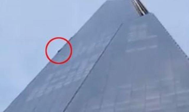 رجل يتسلق أعلى ناطحة سحاب في لندن