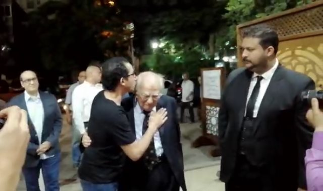 أحمد حلمى يقبل رأس رشوان توفيق
