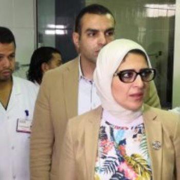 وزيرة الصحة مع مصابى الحادث