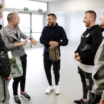 إنييستا يزور معسكر فريق برشلونة