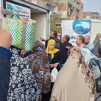 اقبال المواطنين على سيارة السلع الغذائية لمستقبل وطن