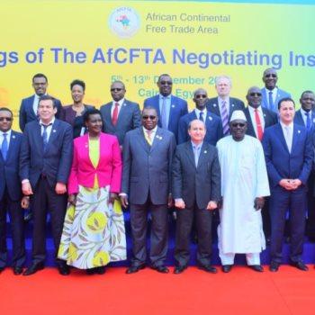 وزير التجارة يتوسط الوزراء الأفارقة