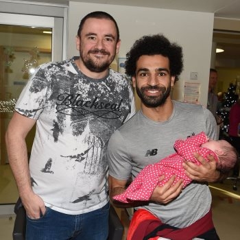 محمد صلاح يحتفل مع أطفال ليفربول بالكريسماس