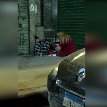 فتاة تشترى معطفا لطفل مشرد بوسط البلد