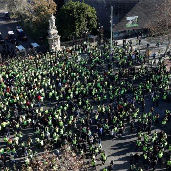 احتجاج الآلاف من سائقو التاكسى فى برشلونة
