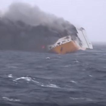 غرق السفينة المحملة بالسيارات