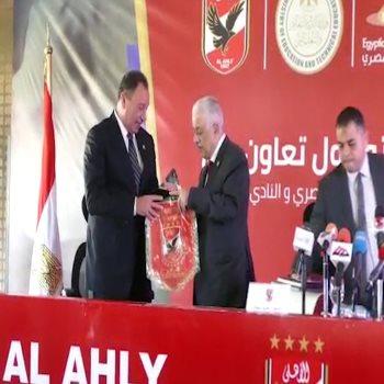 الخطيب يهدى وزير التعليم درع الأهلى