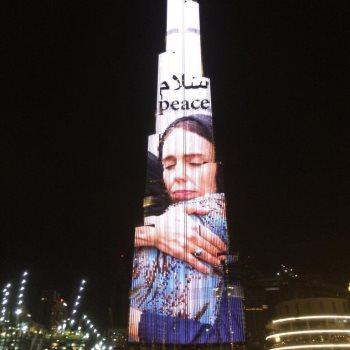 صورة عملاقة لرئيسة وزراء نيوزيلندا تضيء برج خليفة في دبي