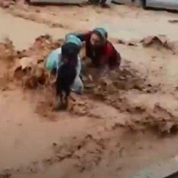 لحظة انقاذ الام وابنها