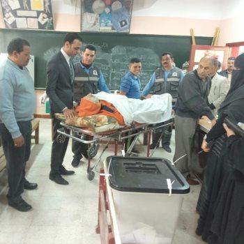 إسعاف الشرقية ينقل مريض علي سرير للجان الاستفتاء بناء علي رغبته