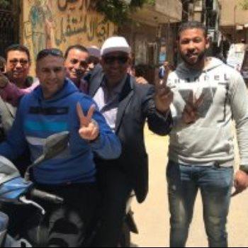 النائب محمد الحسيني يستقل موتوسيكل أثناء جولته بلجان بولاق الدكرور