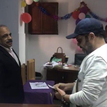 محمد هنيدى يدلى بصوته فى الاستفتاء