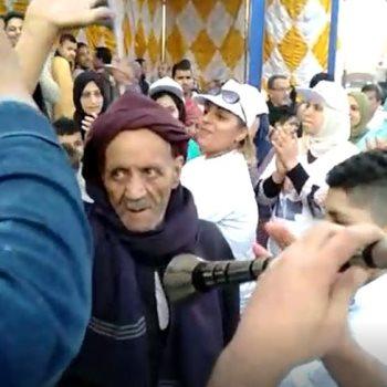 مسن يرقص على المزمار البلدي