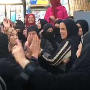 سيدات يرقصن أمام لجان الاستفتاء بالدقى