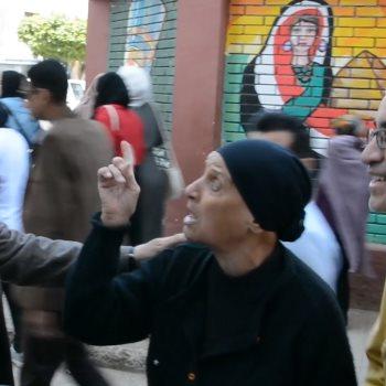 سيدة مسنة و محافظ المنيا اللواء قاسم حسين
