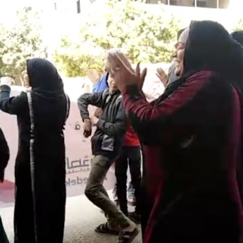 """على نغمات """"لأ لأ"""" سيدة ترقص أمام لجنة انتخابية بصقر قريش"""