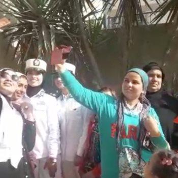فتيات يلتقطن السيلفى مع الشرطة النسائية