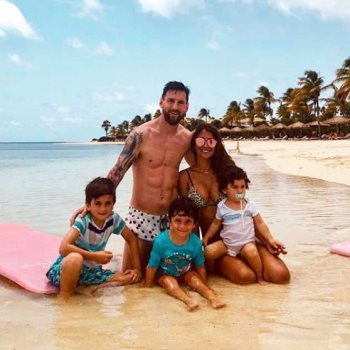 ميسى مع زوجته وأطفاله
