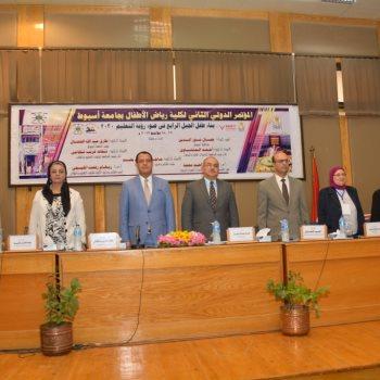 الدكتور طارق الجمال رئيس جامعة أسيوط خلال المؤتمر