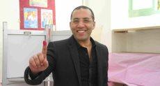 الكاتب الصحفي خالد صلاح خلال الإدلاء بصوته