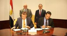 وزير الاتصالات خلال توقيع البروتوكول