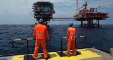 صورة لعمال شركات الغاز الطبيعي