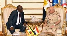 وزير الدفاع يلتقي بوزير الدولة الأوغندي لشئون المحاربين القدامي