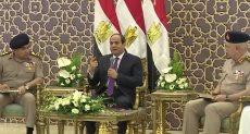 فيديو .. السيسي يلتقي بعد صلاة الجمعة بعدد من قادة القوات المسلحة